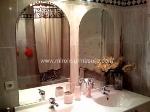 Miroir biseauté en forme cintré pour salle de bain