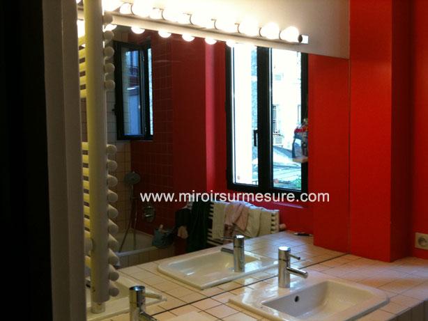 Miroir de salle de bain avec applique encastrée