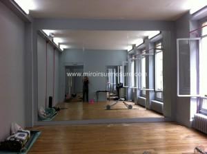 Mur miroir avec film de protection au dos pour salle de danse