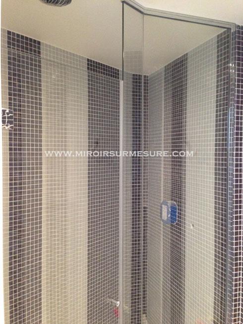 Paroi et porte de douche sur mesure posée sur charnière dans une salle de bain italienne