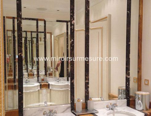 Miroir biseauté encastré dans une niche en marbre dans une salle de bain
