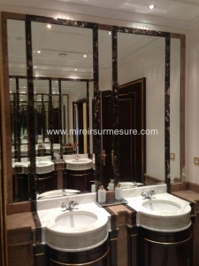 Miroir biseauté encastré dans une salle de bain
