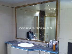 Miroir de salle de bain encastrée dans une niche