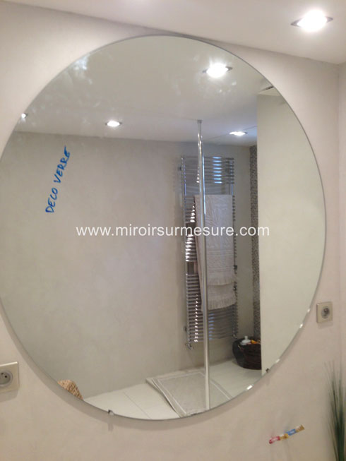 Miroir de salle de bain rond professionnel du miroir sur - Miroir autocollant sur mesure ...