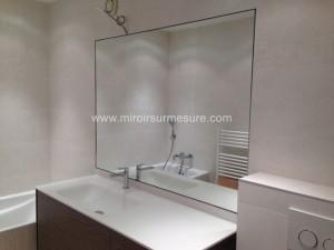 Miroir de salle de bain encastrée dans une niche carrelée